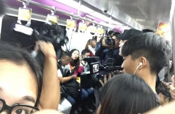 一众明星趁着早高峰挤北京地铁,虽然地铁人挤人,他们还是轻松找到座位
