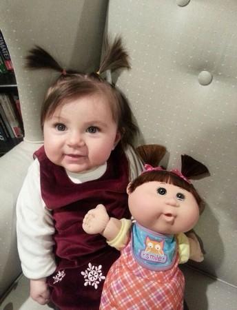 真假难辨:萌宝和玩具娃娃搞笑合影