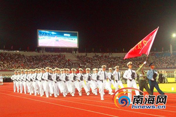海经院举行军训总结大会暨开学典礼6000新生分列式表演