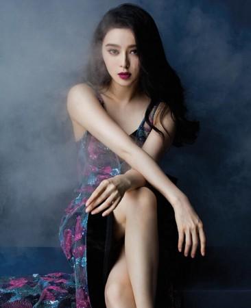 狐娱乐讯近日,范冰冰在时尚杂志的大片曝光,照片中的她被烟气