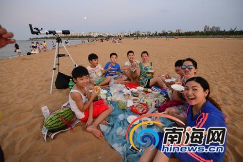 海口中秋10万余人在海边赏月围烤炉聊天赏月吃烧烤