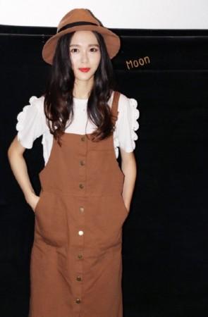 唐嫣今日出席活动,她穿着背带裙,带着小学生式样的渔夫帽,走起了可爱