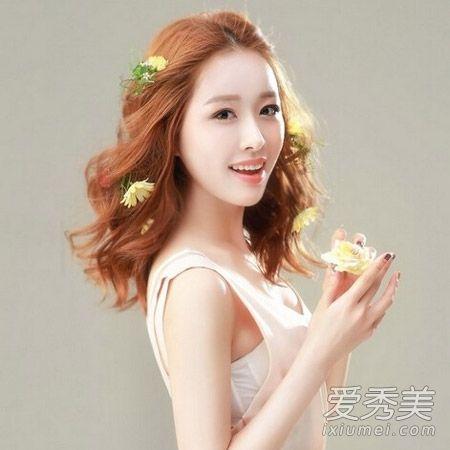 戴皇冠适合的新娘发型   风格:甜美可爱风格   点评:新娘也可以将头发