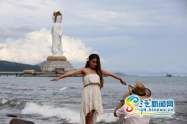 10月6日,游客在三亚南山景区海边游玩.(通讯员陈文武摄)