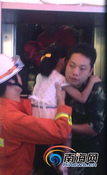 海口农建友谊大厦电梯故障9人被困消防开门救人