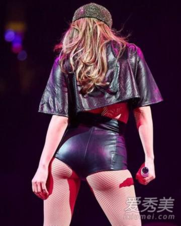 演出中,洛佩慈一身紧身皮裤将美臀展现的淋漓尽致.