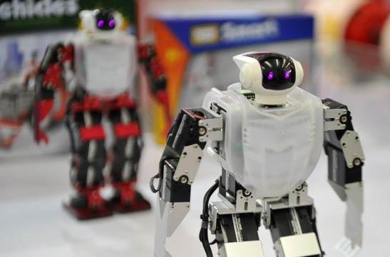 """中国制博会上机器人演绎""""智造中国梦"""""""
