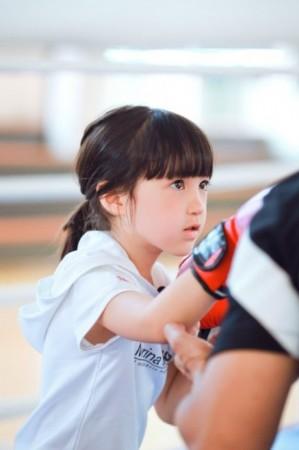 《爸爸去哪儿》第三季曝光了一组夏天的照片,照片中她变身小小拳