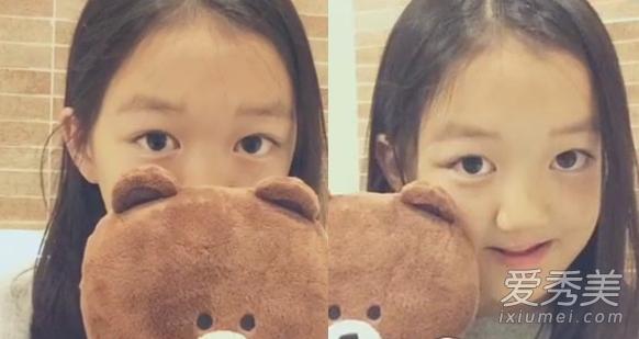 李嫣用自己的宠物小熊举例子示范怎么拍照显脸小