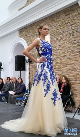 白俄罗斯模特展示中国风服饰(图)