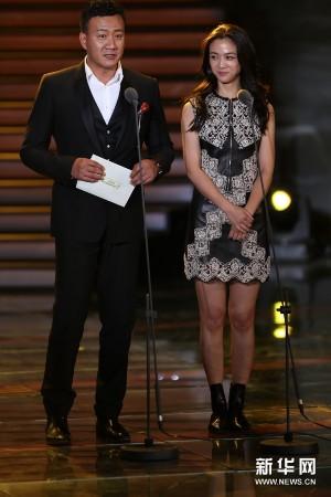 员胡军(左)、汤唯出席颁奖典礼.新华社记者才扬摄-学院奖颁奖