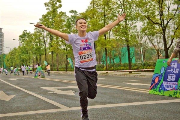 麓山城约跑嘉年华活动举行,吸引千余名来自各地的跑步爱好者积极参与.