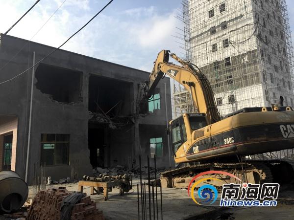 轰!52栋房子倒了海口琼山美元村出动780人拆违