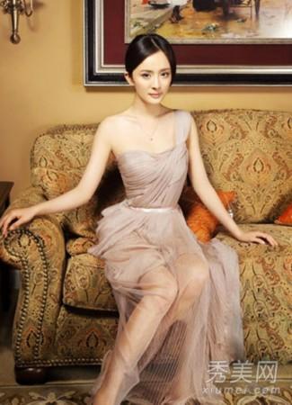 杨幂拍性感写真,身穿一袭薄纱透视礼服,透明的薄纱令美腿一览无遗