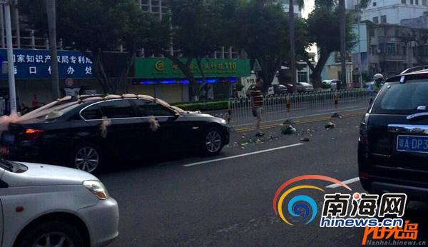 事故现场照片(截图)   据该网友反映,其上班路上发现的这起车祸,当时其到达现场时,伤者已经不在现场,地上散落了很多花瓣和一只男士的鞋子。其猜测系婚车超速导致车祸发生,对此,其提醒司机,要安全驾驶。   5日上午9时10分许,南海网记者赶到现场看到,事故现场已被清理干净。该车祸处于斑马线附近,同时,在斑马线上方安装着测速摄像头。   据附近商户介绍,早上7时许,一辆黑色婚车将一名老人撞倒,老人当时流了很多血,已经被送到医院治疗。由于当时处于上班高峰期,事故造成该路段通行缓慢。   当天上午记者从海口市
