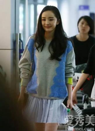 卫衣搭配浅蓝色小短裙,如此清新休闲的造型,让杨幂看起来美丽动