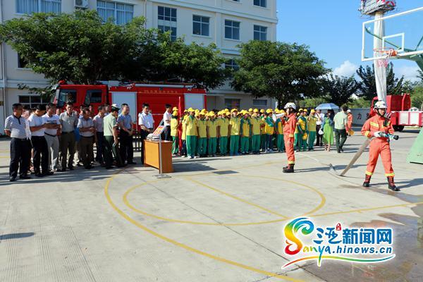 三亚海棠区举办消防日主题宣传活动现场演绎火场逃生