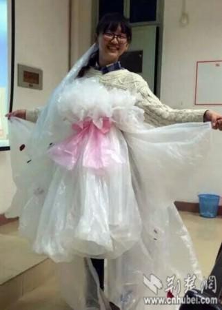 有人用报纸制作婚纱
