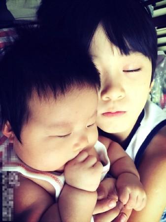 """张亮庆祝儿子8岁生日天天和妹妹温馨有爱长相""""同步"""""""