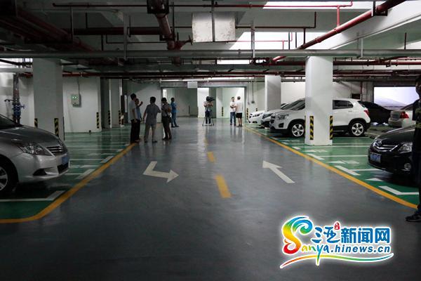 三亚新月雅居小区业主车被撞鸿洲物业管理遭质疑