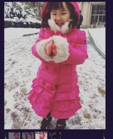 王宝强妻子带女儿雪地玩耍 爱女着粉衣笑容灿烂