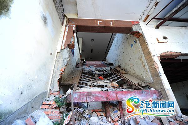 三亚华琦公司配电房和楼梯遭邻居强拆邻居称是违建
