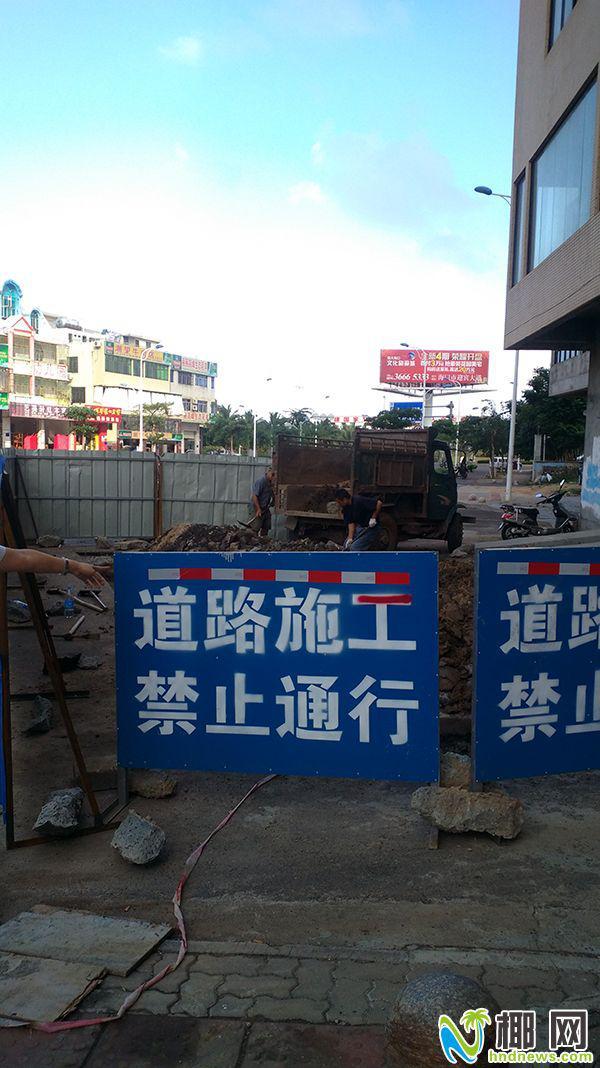 <b>施工挖坑不围挡海口一市民莫名掉坑磕断门牙擦伤</b>