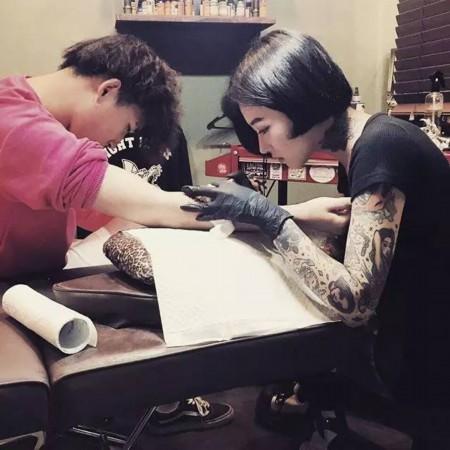 韩国纹身师抱个孩子分享展示