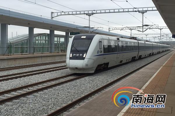 海南西环高速铁路正式试运行和谐号动车疾驰前进