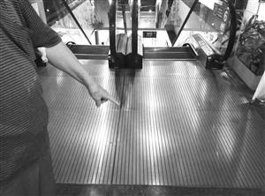 海口78岁老人在电梯口摔倒理发店两员工勇扶老大爷