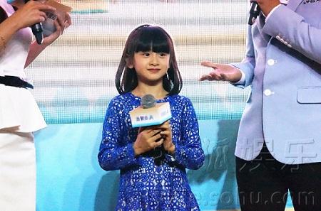 爸爸田亮也晒出了森碟在机场的照片,小学女生亭亭玉立,宝蓝色连衣裙配
