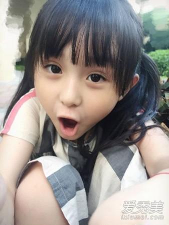 扮演者6岁的刘楚恬在微博中晒出的生活照更是漂亮又可爱.   刘楚恬