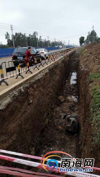 澄迈:施工单位路上挖沟不设防护栏女子深夜坠亡