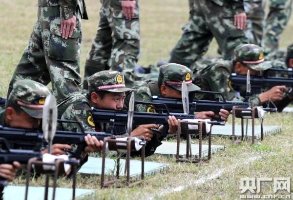 武警福建总队直属支队新兵尖子在福州战坂训练基地进行九五自动步图片