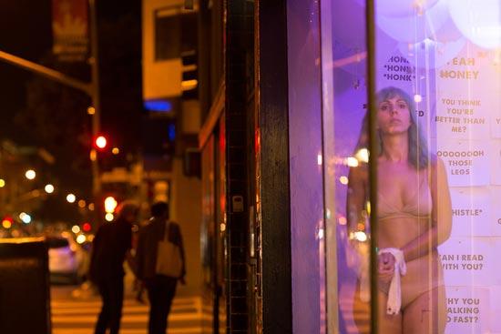 大奶子萝莉人体艺术_不是性工作者,她却穿内衣在街头橱窗站了8小时 男子不停搭讪 人体艺术
