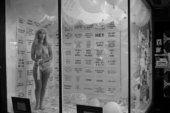 六马人体艺术照片_不是性工作者,她却穿内衣在街头橱窗站了8小时 男子不停搭讪 人体艺术