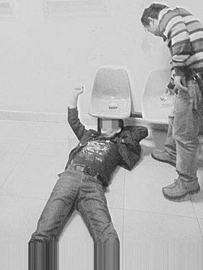 海口市民称在派出所被民警打伤回应:自己磕到头
