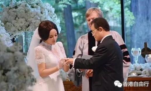 在兜兜转转经历了3次婚姻后,谁也没想到,58岁的她再次嫁入豪门,