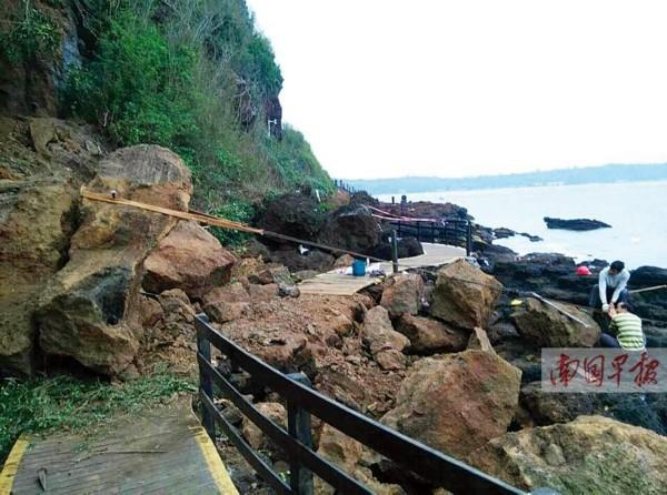 广西北海一景区山壁崩塌 百吨巨石砸落栈道