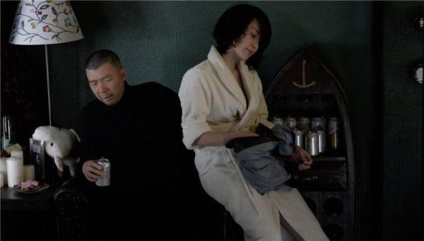 """剧照    网易娱乐12月31日报道""""话匣子""""吸着事后烟,六爷对她说,起小"""