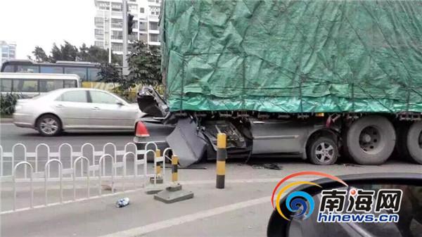 海口:男子驾车追尾轿车钻进货车底遭削顶致1死