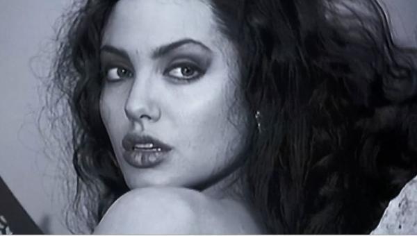 安吉丽娜朱莉最女同的片子竟是这部题材性感性感穿小兰图片比基尼图片