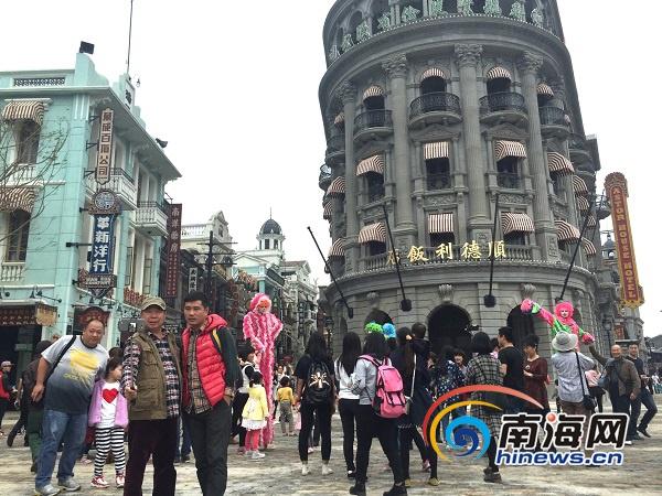 <b>元旦假期海口冯小刚电影公社日均游客量1.5万人</b>