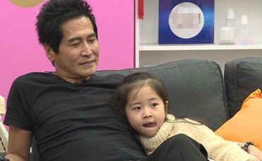 中齐秦4岁女儿齐心首度曝光,现场为爸爸加油打气.圆嘟嘟的小脸十