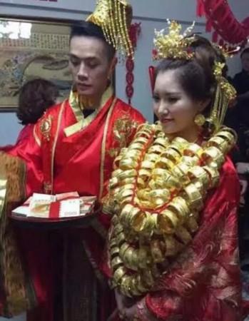 广东土豪婚礼如拍古装大戏 新娘全身挂满金首饰