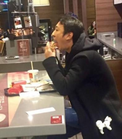 王思聪吃汉堡-终于吃得起老公的饭 王思聪麦当劳大口吃汉堡
