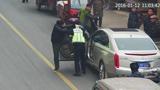 司机违停被查殴打交警