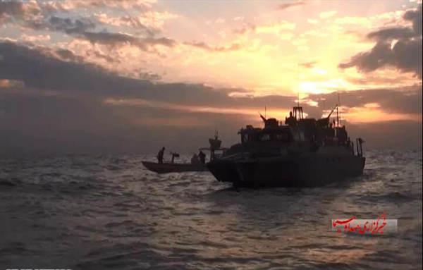 伊朗曝俘美舰现场:美兵双手抱头 跪地道歉