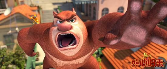 熊二解救动物们   搜狐娱乐讯 《熊出没》大电影第三部《熊出没之熊心归来》已于今日登录全国院线全面公映。上周末的提前过寒假点映大获成功,不仅斩获了2500万的票房大幅刷新国产动画点映纪录,还收获了观众的好评如潮,孩子在感受不一样世界的同时家长也能参与其中,笑了哭了也感动了,故事更丰满,新加入角色更有趣,同时,片方还发布了一款大明星MV,轻快的曲风、幽默的歌词讲述了熊大成为马戏团大明星后的心路历程。那这一部的《熊出没之熊心归来》到底有哪些看点?
