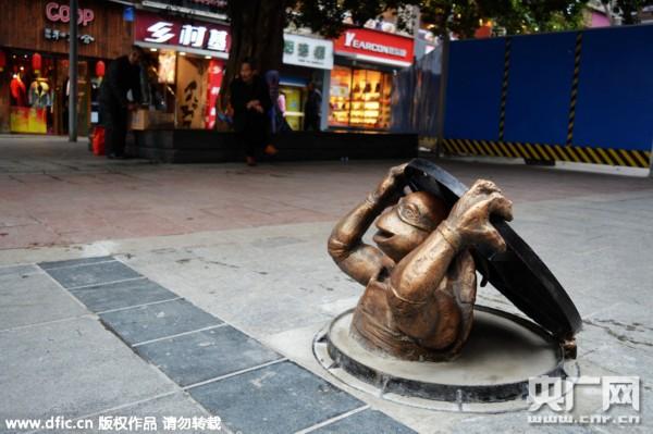 """""""忍者神龟""""爬出下水道 创意雕塑亮相步行街"""